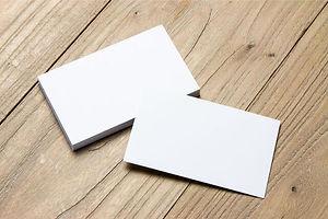 床の上にある白紙の名刺