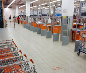 Противокражные решения для гипермаркетов. Главное - надежное крепление основания антикражной антенны.