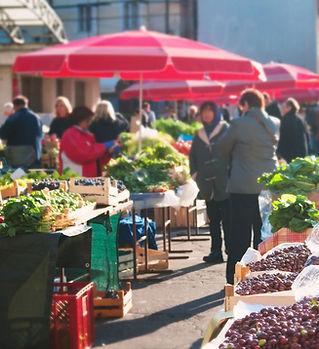 Les gens au marché alimentaire