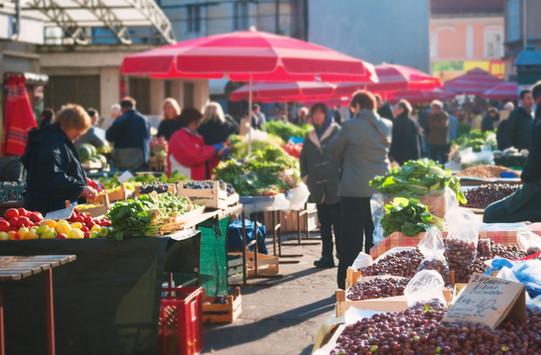 As pessoas no mercado do alimento