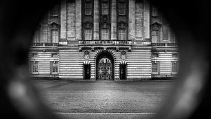 Au travers de la grille du palais de sa Majesté, on s'attend à voir le célèbre 007.
