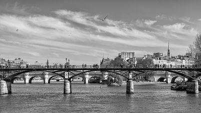 Depuis la Seine, le Pont des Arts symbolise le romantisme de la ville lumière. Cette photo a été prise 15 jours avant l'incendie de Notre-Dame