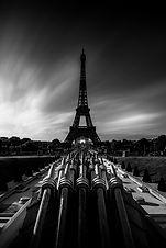Les lances du Trocadéro face à la Tour Eiffel au réveil de la capitale par un beau matin d'été. Photographie en pose longue (4 minutes) travaillée en Noir & Blanc.