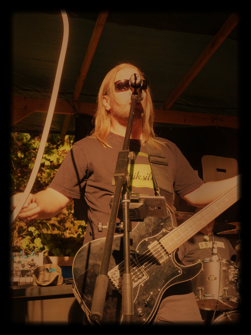 Axel Guitar & Vocals