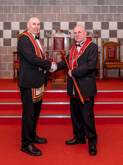V.E.Comp. Simon Lusty congratulates the Excellent King, E.Comp. John McIlwaine after his Installation.