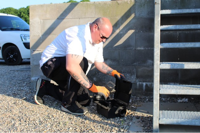 Skadedyrsbekæmperen opsætter en giftfri rottefælde   MyreExpressen