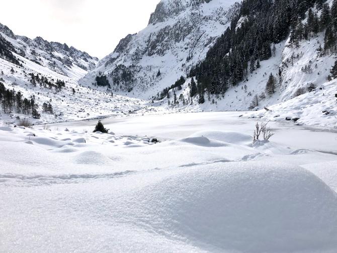 Refuge de Larribet 2049m sous la neige/ Pyrénées En décembre