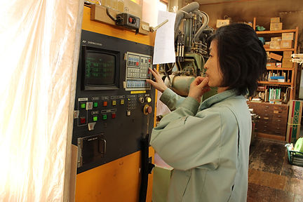 機械を操作する社員