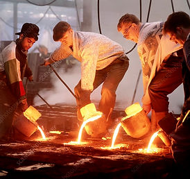 T8100123-Foundry_workers_pouring_hot_met