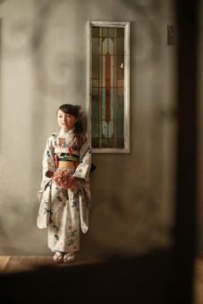 7才女の子が着物を着て大人っぽい雰囲気で立っている七五三の写真