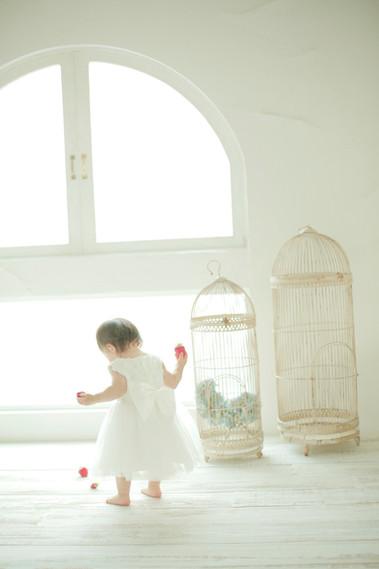 1才女の子が白いワンピースを着てる写真