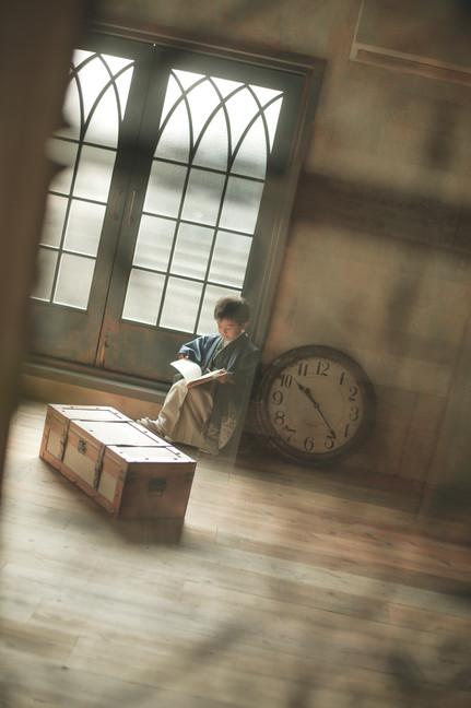 5才男の子が着物を着て本を読んでいるかっこいい七五三の写真