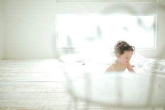 1才男の子、白い部屋で裸ん坊の可愛い写真