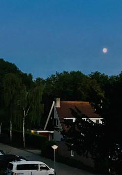 Als ik op mijn balkon zit – in de buurt van BovenIJ ziekenhuis in Amsterdam Noord- dan zie ik de volle maan. Toen ik tien jaar was sliepen wij tijdens warme zomers in Afghanistan soms in de tuin. Mijn opa vertelde mij dan verhalen. Zoals over de maan en de zon die met elkaar verloofd waren. Hier moest ik aan denken op het moment dat ik deze foto maakte. Sonia Abdul