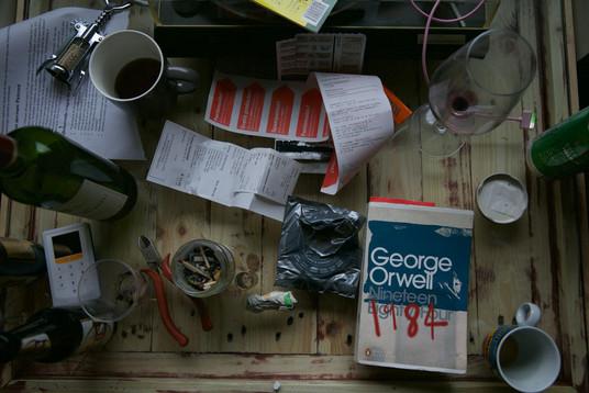 De tafel op Timo's kamer. Vrienden zeggen dat dit precies een Timo-kamer is: doorgezakte boekenplank, zijn instrumenten en in de vensterbank een bonzaiboom en platenspeler.
