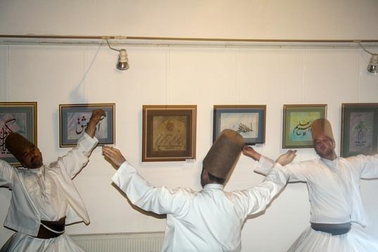 Mijn vader komt uit Konya, een van de grootste steden in Turkije en bekend vanwege Rumi, de beroemde soefistische filosoof. Eén van de dansen die de soefie's deden is te zien op de foto: de draaiende derwisjen. Ze brengen met hun dans het licht van God. Mijn vader draagt de 'leer' van Rumi in zich en vindt die erg belangrijk. Hij is trots op zijn afkomst, dat moeten verzorgers wel begrijpen. Het trotse is echt iets Turks. Je roots: die geven een duiding van iemands identiteit.  Yasmin (1898), geboren in Nederland. Vader van Turkse afkomst.