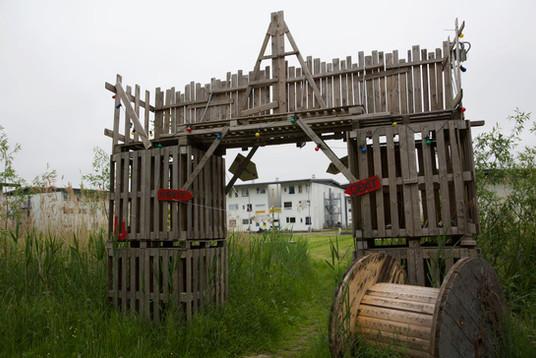 De poort naar het 'gekaapte' land, de ingepikte groenstrook. Een van de pronkstukken van het klusteam.