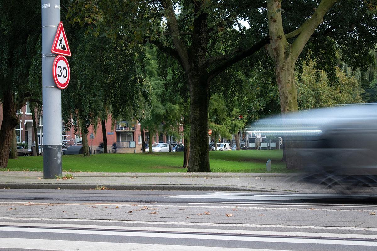 Het punt is dat auto's altijd heel snel rijden. Dit is de Mathenesserlaan. Ook al mag je maar 30 km per uur rijden. Mensen moeten echt uitkijken bij de kruisingen. Ik werd een keer bijna aangereden door een auto.