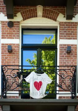 Holland Hart Door mijn buurt wandelen en de witte shirts met het hart zien, verwarmt mijn eigen hart. Het realiseert me dat ik in een buurt woon, in een stad, in een land waar mensen voor andere mensen zorgen. Ze delen dit door openlijk hun hart te tonen, en dat geeft mij hoop en kracht. Terwijl ik dit hart fotografeerde, zag ik ook de blauwe lucht en groene bladeren weerspiegeld in het raam - wat voor mij ook de hoop betekent dat de dingen beter en helderder zullen worden en dat we allemaal samen sterker zullen worden. (meg-ster)