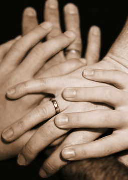 Mijn gezin is mijn alles. Zonder mijn gezin ben ik nergens. Samen vormen we een eenheid. Je bent van elkaar afhankelijk. We zijn als bloedverwanten met elkaar verbonden.