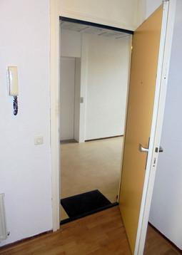 Ik voel me pas thuis als de deuren van mijn huis open zijn. Als ik binnen ben, doe ik de deuren altijd open. In Eritrea weet ik dat iemand thuis is als de deur open staat. Als de deur dicht is, is er niemand thuis. De deur staat altijd open voor iedereen om altijd binnen te komen -  zonder afspraak.