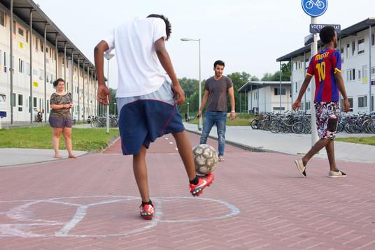 Bij mooi weer trekt iedereen naar buiten. Tuinieren, barbecueën, chillen in de boomhut of een potje straatvoetbal.