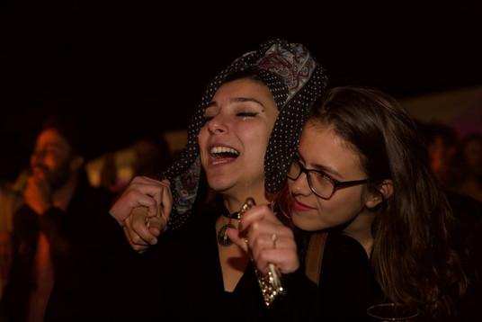 Bobbie houdt haar Syrische vriending vast terwijl de tranen over Razan's wangen stromen bij het luisteren naar Wasim Arslan.