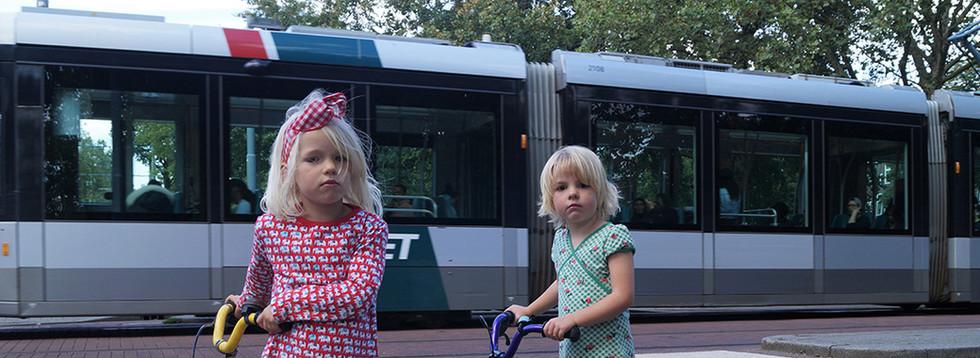 Ik denk dat dit een van de drukste punten van de Heemraadssingel is. De auto's rijden snel, de tram passeert. Er zijn veel fietsers, maar deze twee meisjes zien eruit alsof het ze niets kan schelen. Ik hou van dit punt en ik haat het. Ik hou ervan omdat er zoveel gebeurt, en ik haat het omdat je de straat bijna niet kunt passeren vanwege het verkeer. Het voelt ook als thuiskomen als ik deze plek oversteek. (Lotte)