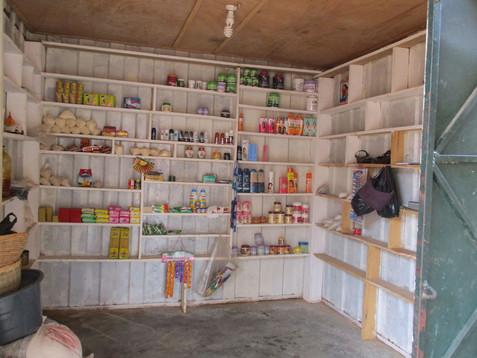 Voor mijn ongeluk was ik een zakenvrouw die rondreisde en haar spullen verkocht. Nu kan ik dat niet langer. Als ik een container zoals deze zou hebben, zou ik niet langer elke dag opnieuw mijn marktstal hoeven op te zetten. Dan zou ik ook niet meer afhankelijk zijn van mijn dochter of moeder om mij te helpen. Ik zou mijn spullen direct vanuit de container kunnen verkopen.