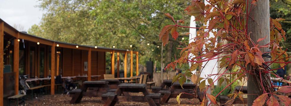 Mijn idee is om hele lange picknicktafels op Heemraadssingel te zetten zodat je daar kunt picknicken. Nu moet je in het gras zitten en is er hondenpoep. In de zomer kunnen mensen contact maken en hun eten delen, enzovoort. En het zou leuk zijn om kleine lampjes op straat te hebben. Dit is Vroesenpaviljoen als inspiratie en past perfect in de omgeving. (Lotte)