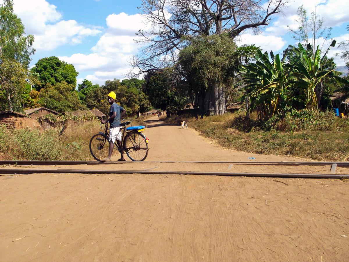 Deze jongen is lid van dezelfde jongerenclub als ik. Sinds hij de 'life skills' training heeft ontvangen, heeft hij een fiets gekocht en is een koerier dienst begonnen.