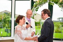 officiant et mariés délivrant leurs voeux