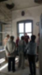 Hausherr Thomas im damals noch nicht fertiggestellen Steinsaal
