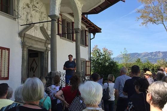 Hausherr Thomas ezählt am Schwyzer Kulturwochenende