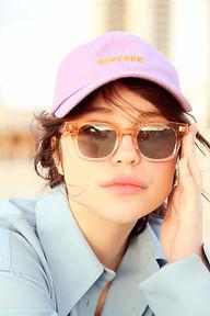 Portrait d'une jeune femme portant les lunettes de soleil Lilly of the valley de la marque Peter and may