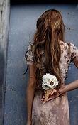 chica con flores.jpg