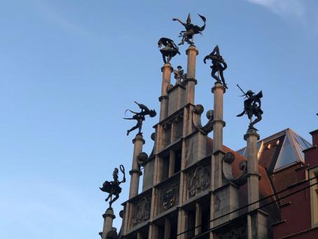De Moriskendansers op het metselaarshuis: van 'morendans' tot 'dans van goden, demonen en mensen'