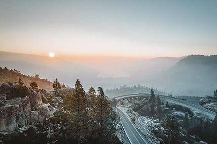 山脈に沈む夕日