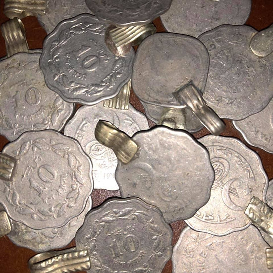 Lot of 18 scalloped coins - KC123