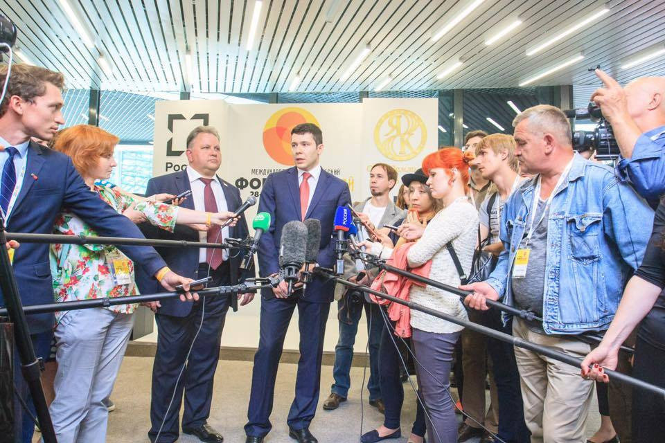 "On the left – Mikhail Zatsepin, Director General of JSC ""Kaliningrad Amber Combine"", on the right – Anton A. Alihanov – The Governor of the Kaliningrad region"