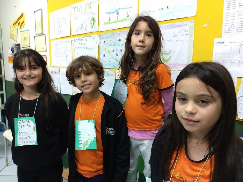 alunos na feira cientifica no Colegio Curupira