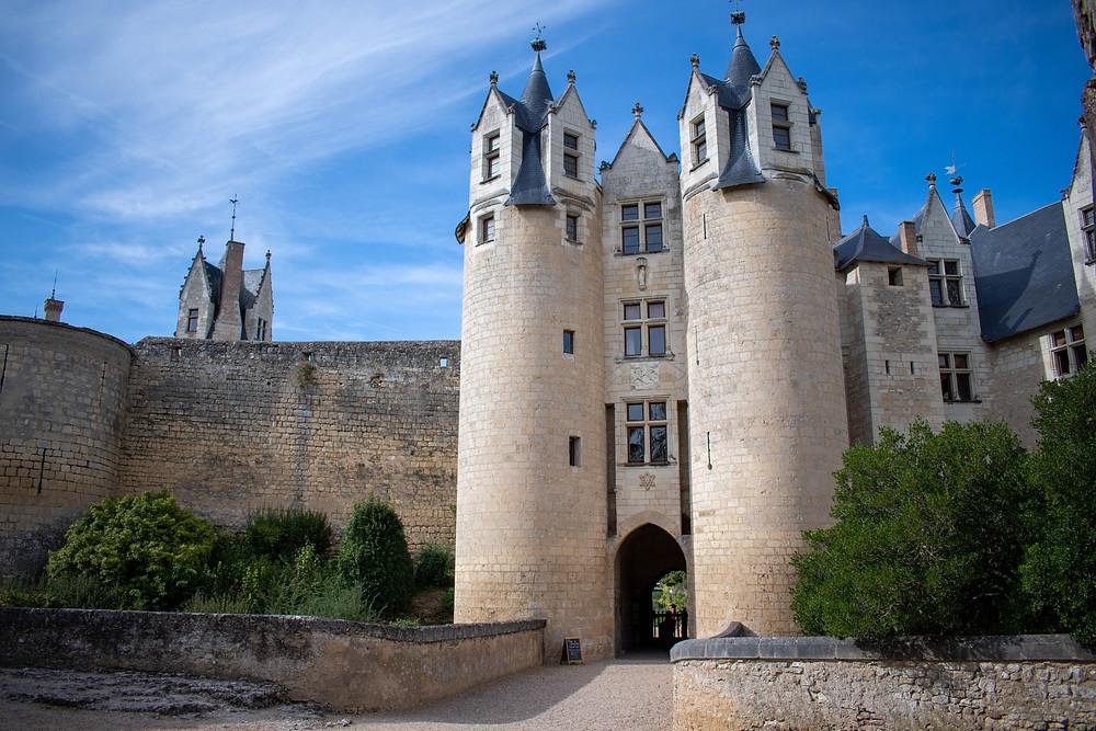 Photo du Château de Montreuil-Bellay, deux grandes tours encadrent l'entrée