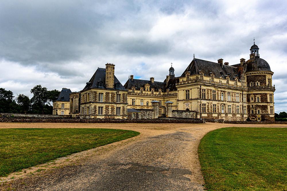 Façade du Château de Serrant avec aller en gravilons couleuu sable et gazon