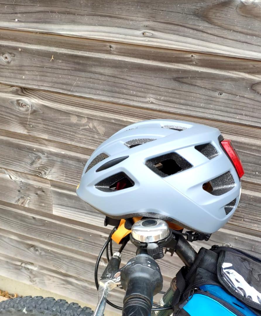 Photo du casque vélo Kali Protectives Central posé sur le guidon d'un vélo