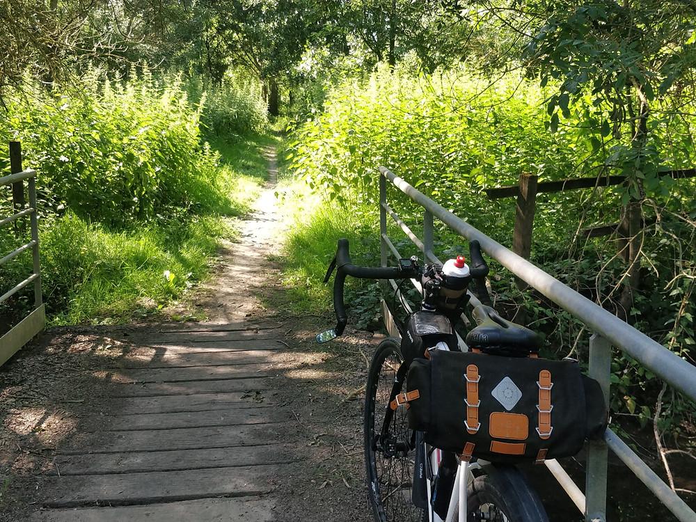 Vu arrière de la sacoche de selle Caradice Barley sur un vélo gravel