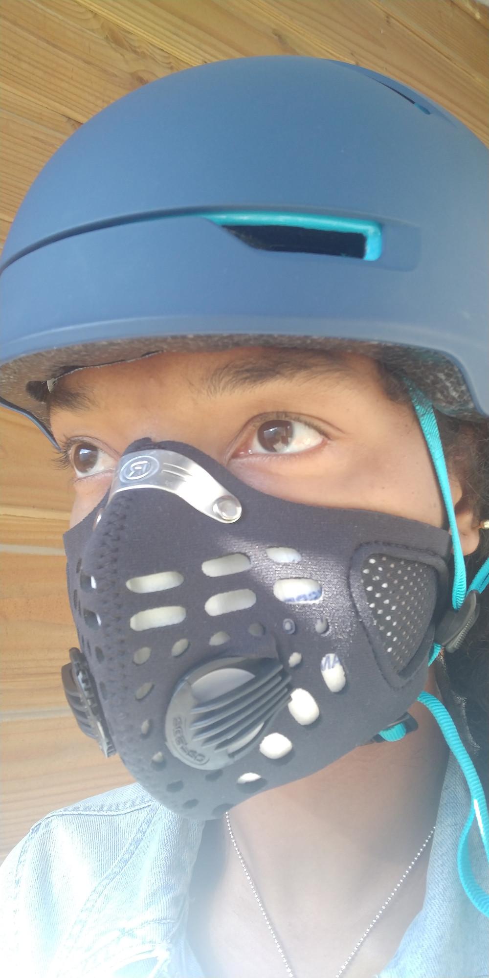 Photo du masque antipollution Respro Sport porté par une cycliste avec son casque de vélo