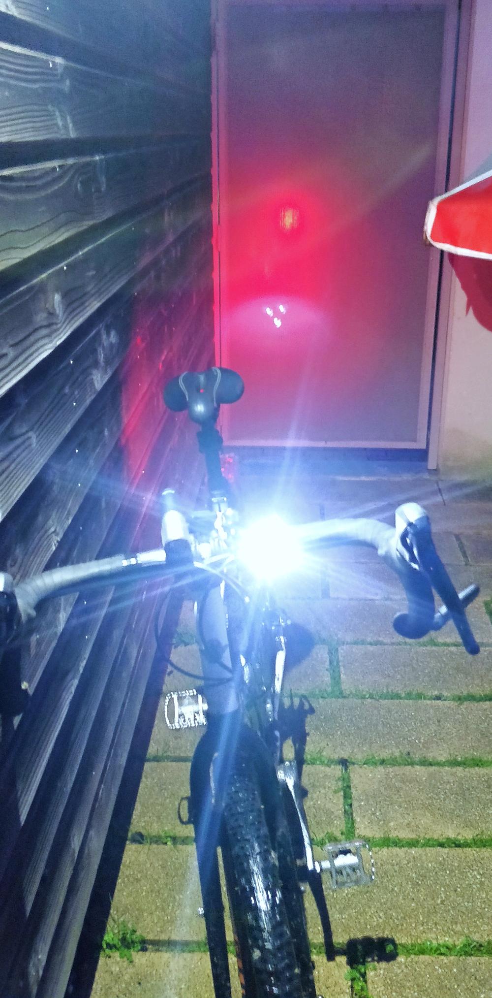 Vélo avec son éclairage avant blanc et arrière rouge allumé
