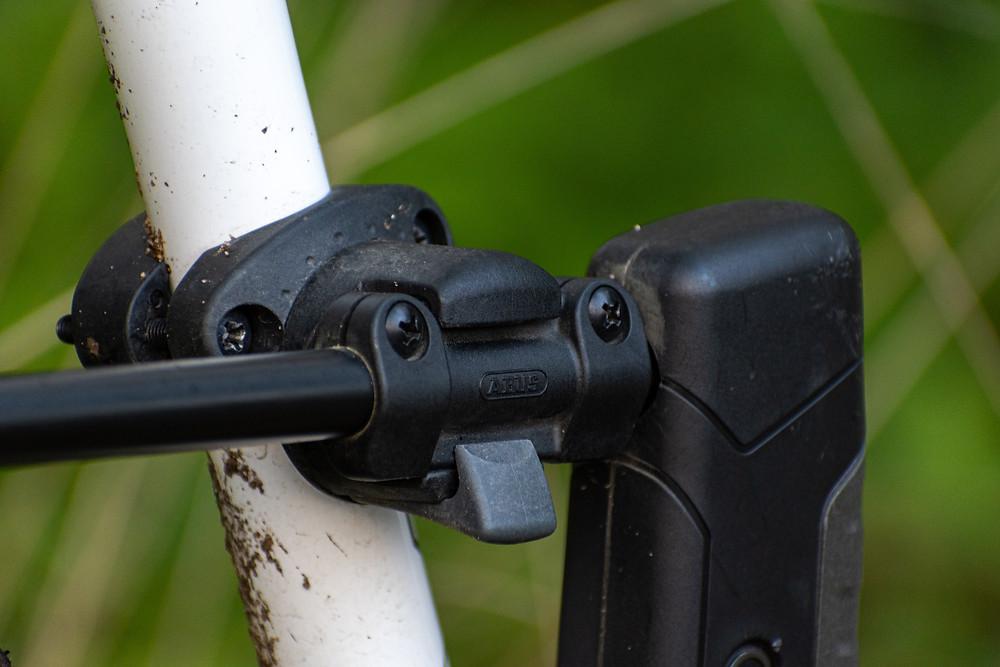 Antivol fixé au cadre du vélo par un système de fixation rapide