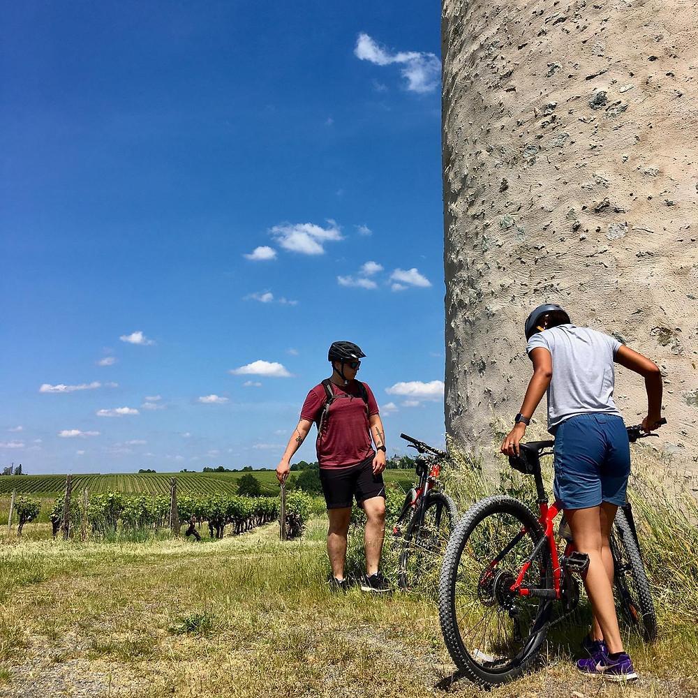 VTT au pied d'un ancien moulin dans le Coteaux-du-Layon