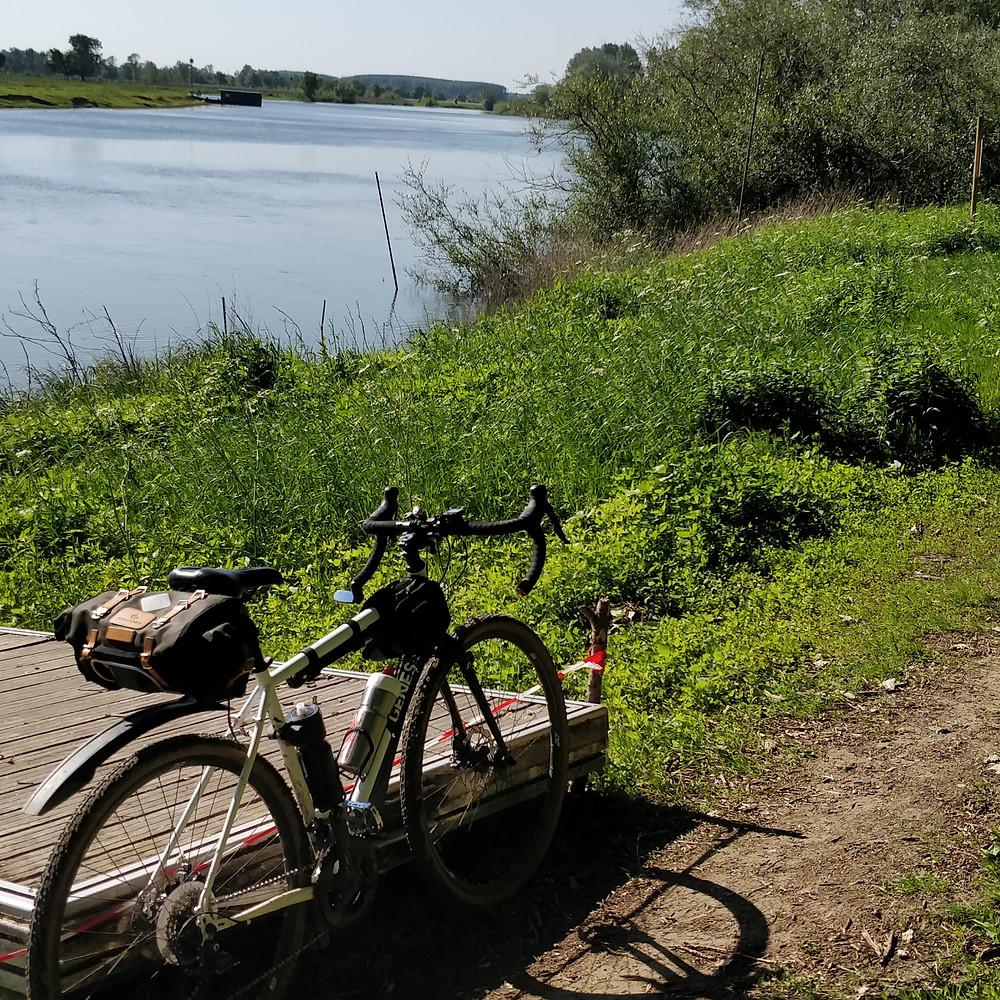 Vue latérale du vélo gravel et de la sacoche de selle Caradice Barley